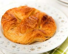 Kouign-amann from Brittany, is a speciality in the town of Douarnenez in Finistère originating from the century but now eaten all over Breakfast Pastries, Bread And Pastries, Breakfast Recipes, Snack Recipes, Desserts Français, Thermomix Desserts, French Dishes, French Food, Dessert Breton