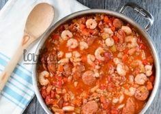 Луизианское традиционное блюдо джамбалайя - это почти плов, только с морепродуктами. Креветки, рис, пикантные колбаски, овощи и яркие