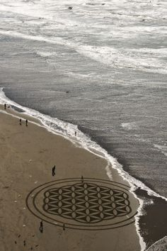 Flower of Life - San Francisco native Andres Amador is an artist that specializes in temporary land art on sandy beaches. Land Art, Beach Mural, Beach Art, Sand Beach, Crop Circles, Yoga Studio Design, Art Plage, Sand Drawing, Deco Nature
