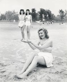 Three friends at the beach in the 1940s : OldSchoolCool