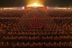 5000 Schulen tun sich zusammen. 1 Million Kinder meditieren für den Weltfrieden am Phra-Shammakaya-Tempel in Thailand. Meditation funktioniert nur für ein Individuum, das inneren Frieden besitzt; sie funktioniert nicht für gierige und korrupte Menschen. Denn diese haben kein Herz und keine Seele und von ihnen wird nichts als Krieg ausgehen. Friedvolle und noble Gedanken zu