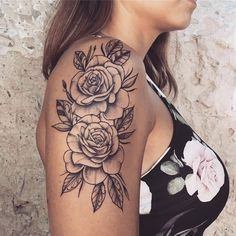 Image may contain: one or more people and closeup via Lucas Leite) - Flower Tattoo Designs - Tatoo Ideen Sexy Tattoos, Body Art Tattoos, Sleeve Tattoos, Badass Tattoos, Tattoo Girls, Girl Tattoos, Tattoo Arm Frau Rosen, Shoulder Tattoos For Women, Shoulder Tattoo Female