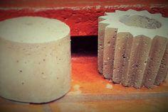 Preparando nuevas macetitas de cemento.