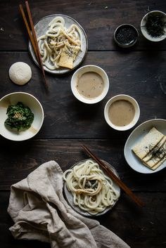 udon noodles with sesame dipping sauce / two red bowls