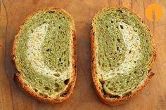 Pan de albahaca Este es un pan con el que sorprenderás a tus amigos, tanto por su increíble y contundente sabor, como por su bonito interior en el que se c