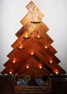 Árbol de Navidad REINA MORA hecho con palets reciclados