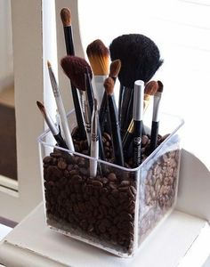 This clear acrylic brush holder is particularly chic. It's filled with coffee beans and this gives it a unique charm. The coffee beans will make the room smell beautiful and the brush holder is simple and stylish as well as very practical. Do It Yourself Organization, Organization Hacks, Bathroom Organization, Organizing Ideas, Cosmetic Organization, Cheap Makeup Organization, Cosmetic Organiser, Bathroom Storage, Rangement Makeup