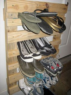Meuble Chaussure Palette : shoe rack out of pallet Wall Shoe Rack, Diy Shoe Rack, Shoe Storage, Diy Storage, Shoe Racks, Storage Ideas, Wooden Pallet Projects, Diy Pallet Furniture, Wooden Pallets