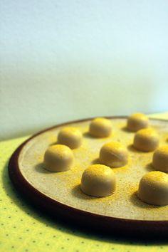 Fyldte chokolader med passionsfrugt og havtorn