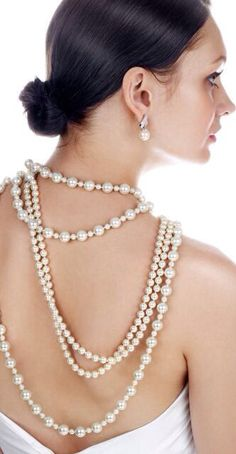 Pearls - I love the different sizes strung together and worn with strands of other sizes. Luxury Lifestyle Women, String Of Pearls, Pearl And Lace, Pearl Cream, Black White Red, Pearl Necklace, Fashion Accessories, Jewelry Making, Bling