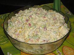 Przepis na sałatka z serem feta i kapustą pekińską. Ser feta pokroić w dużą kostkę. Kapustę pekińską pokroić. Jajka ugotować na twardo, ostudzić i pokroić w kostkę. Kukurydzę osączyć z zalewy.