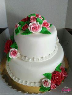 DORT KULATÝ S RŮŽEMI - 2 PATRA :-) spodní patro čokoládový dort s čokoládovým máslovým dortem :-) vrchní patro vanilkový dort s vanilkovým máslovým krémem :-) povrch dortu a ozdoby pravý marcipán a cukrové perličky :-) Krásný víkend :-) #cukrarna #cukrarnaeliska #patisserie #marzipan #marzipancake Marzipan, Desserts, Food, Tailgate Desserts, Deserts, Essen, Postres, Meals, Dessert