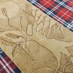 Pirogravura sobre couro, representando um carvalho. O carvalho era uma árvore sagrada para os povos Celtas e tudo que nela nascia era considerado um presente dos deuses.