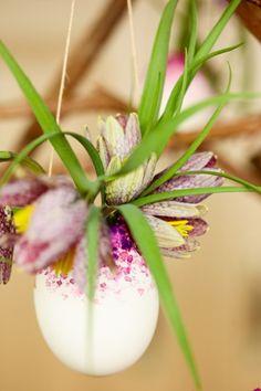 Verrassende DIY tips voor Pasen: Hangende eieren met bloemen www.mooiwatbloeme... #Pasen #Easter #Flowers #Bloemen