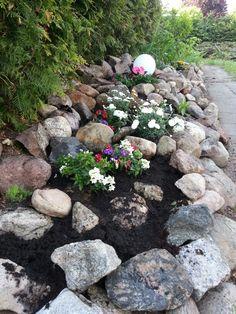 steingarten anlegen felsen gesteine splitter luechenfueller garden pinterest steingarten. Black Bedroom Furniture Sets. Home Design Ideas