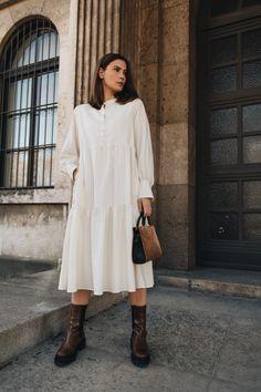 Unser Holly Hemdblusenkleid ist der perfekte Begleiter für deine Herbst- und Wintergarderobe. Durch das edle Material und den lockeren Schnitt ist es nicht nur super bequem, sondern auch für jede Gelegenheit passend: Ob als casual Everyday Look oder mit auffälligen Statement Pieces kombiniert - Holly passt einfach immer. #ayenlabel #hemdblusenkleid #everydaylook Fancy Clothes, Models, Elegant, Super, Material, Shirt Dress, Outfit, Shirts, Dresses