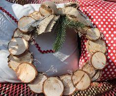 Coronas de Navidad caseras para decorar las puertas de madera