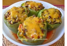 My family loves these stuffed green peppers. These are perfect for a busy night and stuffed green peppers topped with cheese My family loves these stuffed green peppers. These are perfect for a busy night and stuffed green peppers topped with cheese Beef Dishes, Food Dishes, Main Dishes, Popular Recipes, Great Recipes, Favorite Recipes, Fall Recipes, I Love Food, Good Food
