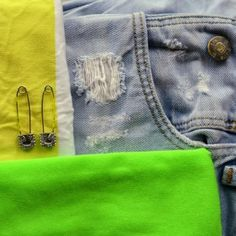 Neonkleurige details bij basic kleding Jeans, Fashion, Moda, Fashion Styles, Fashion Illustrations, Denim, Denim Pants, Denim Jeans