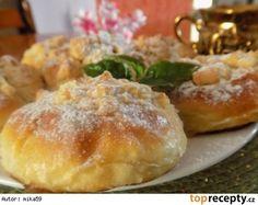 Šlehačkové koláčkySuroviny: 500 g hl. mouky 200 ml smetany ke šlehání 3 lžíce majonézy 100 ml mléka 2 žloutky kostka droždí 80 g cukru vanilkový cukr lžíce rumu náplň 500 g tvarohu cukr žloutek citr. kůra rozinky drobenka 100 g hl. mouka 80 g cukr 80 g másla vejce na potření máslo + rum na hotové koláčky