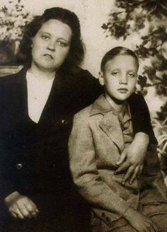 young Elvis & his mom Gladys