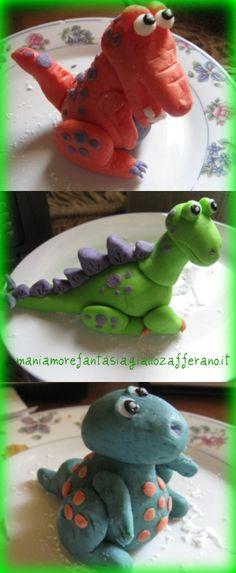 Torta dinosauri decorata con pasta di zucchero.