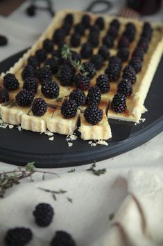 Blackberry goat cheese tarts with honey Just Desserts, Delicious Desserts, Dessert Recipes, Yummy Food, Tart Recipes, Sweet Pie, Sweet Tarts, Goat Cheese Recipes, Cheese Tarts