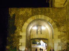 Imagen sobre arco en muralla romana junto a Catedral.
