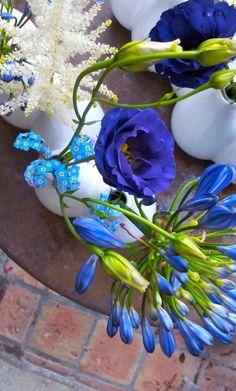 Centre de table bleu / Agapanthe-lysanthus-alstilbe / Création : La Fille Aux Chaussures Vertes