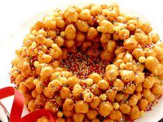 """Visto che è Carnevale...la Cicerchiata! - Il dolce è a base di pasta di farina, uova, olio e zucchero. Da questa si ricavano palline di circa un centimetro di diametro che vengono fritte. Scolate, vengono disposte """"a mucchio"""" e ricoperte di miele. La cicerchiata è un dolce tipico del Carnevale che viene fatto in varie regioni d'Italia."""