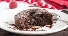 Lava cake Rezept Hot Chocolate Lava Cake, Choco Lava Cake Recipe, Lava Cake Recipes, Chocolate Cake Recipe Easy, Lava Cakes, Delicious Chocolate, Chocolate Recipes, Slow Cooker Lava Cake, Dinner Party Desserts