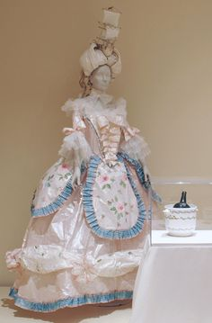 Marie-Antoinette, XVIIIème siècle.    Paper costume of  Queen Marie-Antoinette, realised for The High Museum of Atlanta (summer 2008) with the costume of  King Louis XVI.