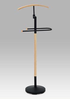 GC4093 NAT Moderní designový němý sluha v černé barvě v kombinaci s dřevěnými doplňky v přírodní barvě. Součástí je stojan na kalhoty a ramínko na košile, saka apod. Tento němý sluha bude nejen skvělým pomocníkem, ale také stylovým doplňkem.