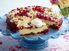 Quarkkuchen mit Johannisbeeren. Quark cake with red currants. In German,.