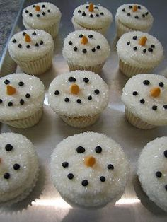 christmas cupcakes Snowman Cupcakes: Dip the white-iced cupcake in sugar crystals to make it look like snow Christmas Desserts, Holiday Treats, Holiday Recipes, Christmas Foods, Christmas Cookies, Christmas Cupcakes Decoration, Winter Treats, Christmas Treats To Make, Christmas Hacks