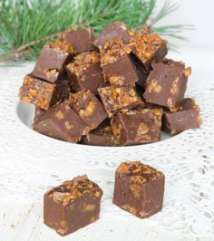 Krämig fudge i kombination med knaprig Diam – bedårande gott! Cocoa Recipes, Candy Recipes, Holiday Recipes, Cookie Recipes, Dessert Recipes, Christmas Treats, Christmas Baking, Yummy Treats, Sweet Treats