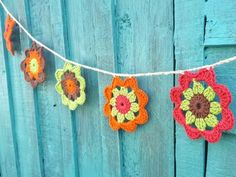 Crochet Flower Garland is a simply but impressive free pattern. These flowers are versatile and can be used as coaster, bookmark etc. Crochet Flower Bunting, Crochet Bunting Free Pattern, Crochet Garland, Crochet Flowers, Fabric Flowers, Crochet Patterns, Crochet Ideas, Crochet Stars, Flower Patterns