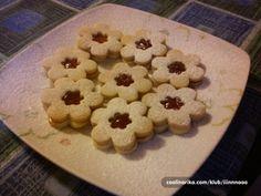 Za Božić obavezno radim zvjezdice u obliku cvjetića. Nisam fan suhih kolača ali ovaj obožavam.