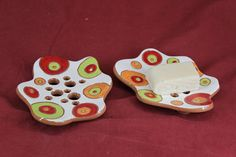 Soap holders finely made with brilliant colours and designs keeping your soap dry and pleasant.  This object is made of low-temperature clay, the technique Sgraffito and many different dots colors.  Weight= 300 gram Length=13.5cm