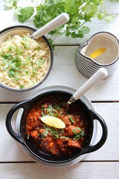 I det marokkanske kjøkkenet blir det ofte brukt mange varme krydder, krydder vi kanskje heller forbinder med søt mat, som for eksempel anis og kanel. I tillegg er sitrus en viktig ingrediens. Her har lammekjøttet fått kose seg vel og lenge sammen med krydder, grønnsaker og aprikos, noe som ble en skikkelig god og litt hot match!