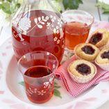 Jordbær-hyldeblomstsaft - Opskrifter    http://www.dansukker.dk/dk/opskrifter/jordbaer-hyldeblomstsaft.aspx  #saft #sommer #jordbær #hyldeblomst #dansukker