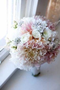 Witte en zachtroze Dahlia's voor het meest romantische trouwboeket