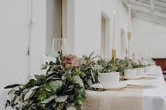 Eine Hochzeit mit Vintage-Flair. Dafür haben wir uns für einen Tischläufer aus frischem Grün entschieden, der durch kleine Blüten in zarteren und kräftigeren Altrosatönen aufgelockert wird. Die goldenen Kerzenleuchter geben dem Dekor noch zusätzlich eine elegante Note. 🕯 (#Werbung wegen Verlinkung) Fotografie: @biancafiorettifotografie . . . #hochzeit #vintagehochzeit #greenery #hochzeitbraunschweig #braunschweig #wolfsburg #hochzeit2021 #heiratenbraunschweig Table Decorations, Furniture, Home Decor, Pink, Fresh Green, Wolfsburg, Getting Married, Advertising, Decoration Home