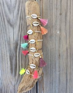 OOAK beautiful cowrie bracelet with tassel and peace di BonkIbiza Diy Bracelets Easy, Summer Bracelets, Cute Bracelets, Handmade Bracelets, Handmade Jewelry, Diy Gemstone Earrings, Diy Necklace, Tassel Jewelry, Shell Jewelry