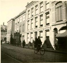 Jugendstil-gevel van een woonhuis (tegenwoordig winkel-woonhuis) aan de Breestraat nr. 8, toen nog voorzien van stoeppalen, waardoor voetgangers werden gedwongen zich op de wandelstrook terzijde van de middenstraat te begeven.