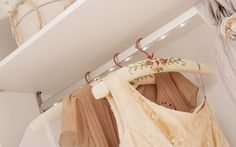 #romantic #çilekodasi #cilekroom #decoration #dekorasyon #genc #oda #pembe #beyaz #pembeoda #beyazoda #klasik #vintage #white #pink #dolap #askı