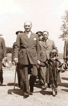 Atatürk and adopted daughter Ülkü Adatepe Fake History, History Of Islam, Roman History, Strange History, History Photos, Palestine History, History Facts, Ancient History, Native American History