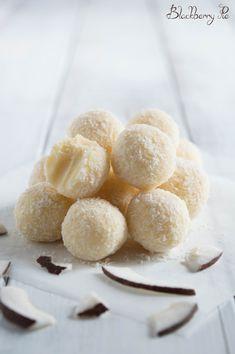 Tartufini al cocco e cioccolato bianco Sweet Desserts, Sweet Recipes, Delicious Desserts, Yummy Food, Baking Recipes, Dessert Recipes, Friend Recipe, Chocolate Recipes, Love Food