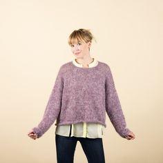 Här har du möjligheten att skämma bort dig själv med en härlig tröja i Kid Silk och BabyWool. Tröjan stickas med en tråd BabyWool och två trådar Kid Silk i olika färger, som ger ett helt otroligt färgspel. Olivia kan användas över en långärmad t-shirt, blus, eller skjorta på vintern och som en lätt utanpå tröja på sommaren. Den är en säker favorit i garderoben, år efter år! #hobbiidesign #hobbiiolivia #hobbiikidsilk #hobbiibabywool Easy Knitting Patterns, Free Knitting, Sweater Patterns, Mauve, Jersey Oversize, Knit Or Crochet, Pulls, Pullover Sweaters, Cardigans