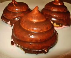 *Indiány*   Sladučká ružová pena natočená ako zmrzka na mäkkučkých piškótoch (bufleroch) poliata mliečnou čokoládou. Najväčšie lákadlo pražských cukrárenských výkladov. Neodolateľné...a zrovna ja mám tú smolu, že cestou z práce denne prechádzam popri výklade a slintám...